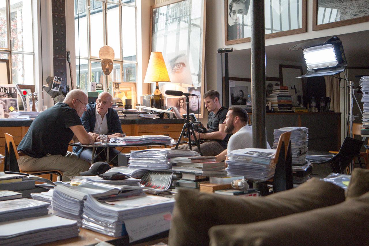 Peter Lindbergh mit Dr. Ulrich Bauhofer im Gespräch. Rechts: Kameramann Stephen Kidd, Regisseur Nicholai Fischer